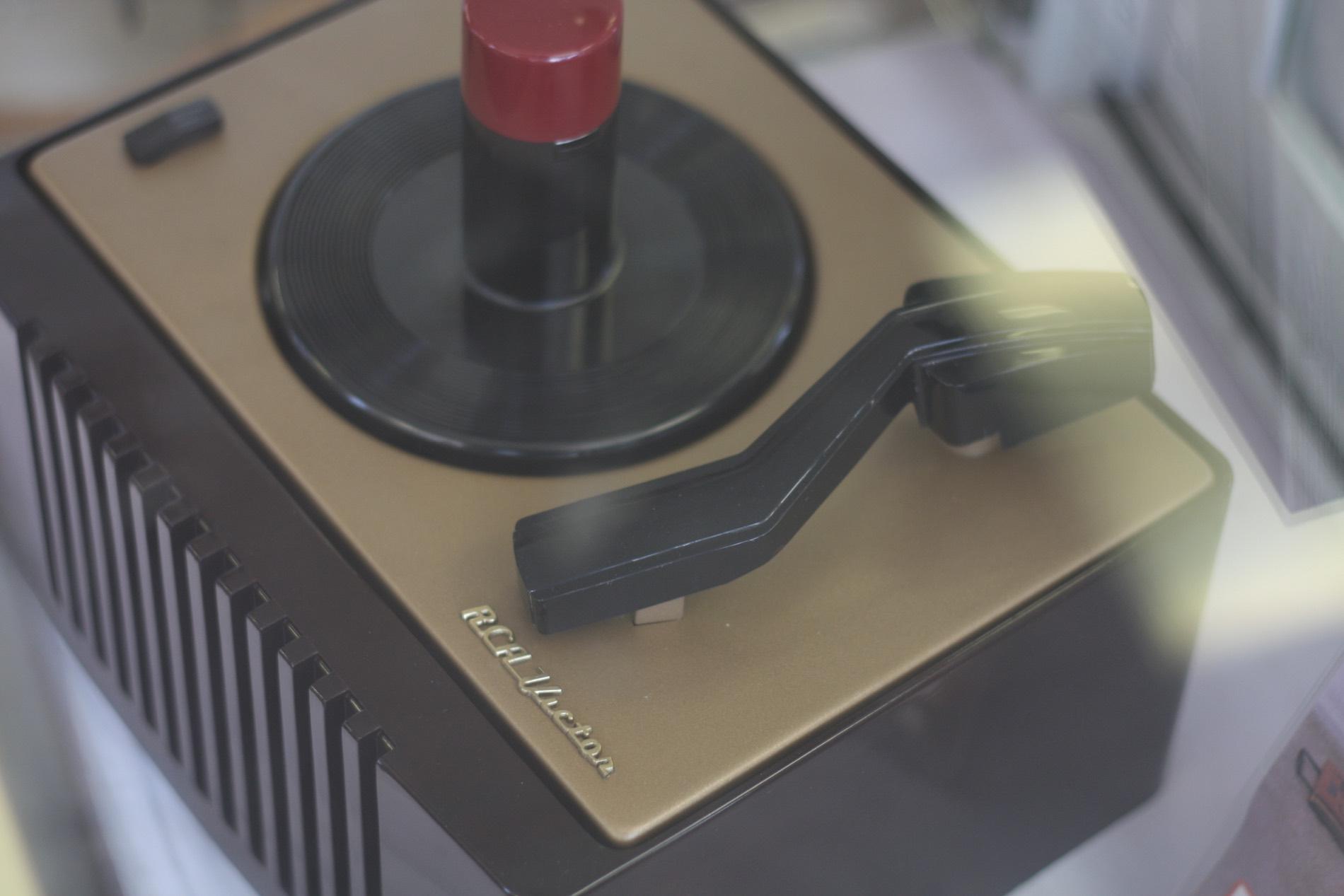 Antique radio and phonograph repair and restoration center
